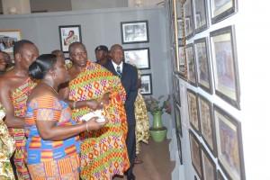Le roi ashanti Osei Tutu II portant le Kente lors dune exposition
