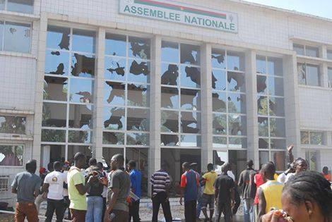 L'Assemblée nationale du Burkina saccagée par les manifestants (c) Burkina24