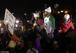 La mère et le beau-père de Michael Brown, hier lors d'une manifestation à Ferguson après le verdict du jury