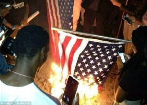 Manifestants brûlant le drapeau américain après le verdict de l'affaire Brown