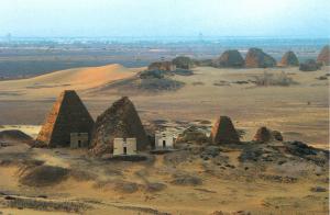 A gauche : La tombe en pyramide d'Arqamaniqo dans la nécropole Sud de Méroé (crédit photo : Michel Baud)