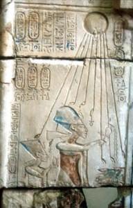 Akhénaton et Nefertiti adorant l'Aton