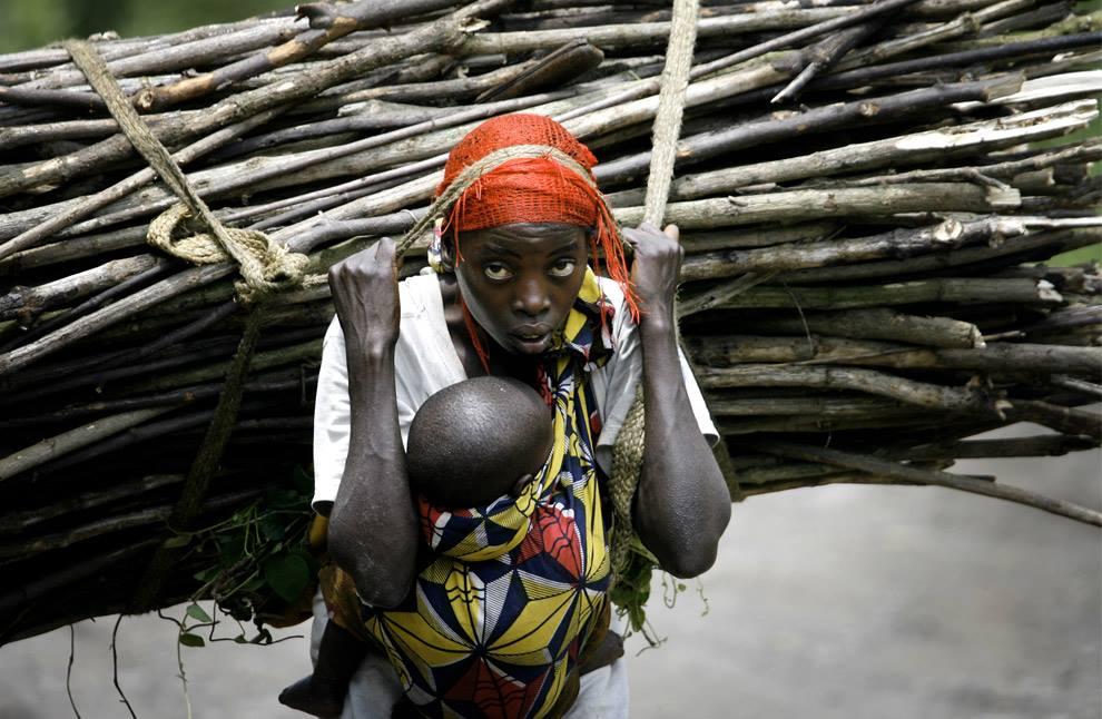 """""""Si la richesse était le résultat inévitable du dur travail et de l'entreprise de projets, chaque femme en Afrique serait millionaire"""" (Georges Monbiot) / Photo : Finbarr O'Reilly"""
