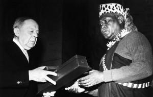 Albert Lutuli recevant le Prix Nobel de la paix en 1961
