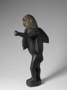Statue d'homme debout dont la tête et le torse évoquent un requin symbolisant le roi Béhanzin