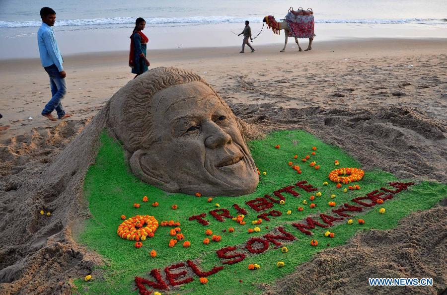Sculpture de sable en hommage à Nelson Mandela par Sudarshan Pattnaik (Inde)