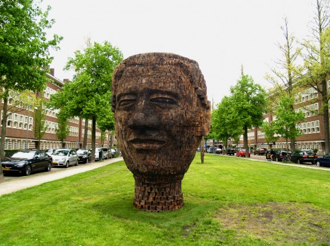 """""""Mandela, 2700 pieces of Life's history"""" par Jems Robert Koko Bi (Côte d'Ivoire) faite en 2700 morceaux de bois d'épicéa brulé."""