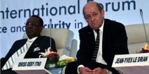 Idris Déby avec le ministre français de la Défense Jean-Yves Le Drian lors du Forum International  sur la paix et la sécurité en Afrique à Dakar, le 16 décembre dernier. Photo : AFP PHOTO / SEYLLOU