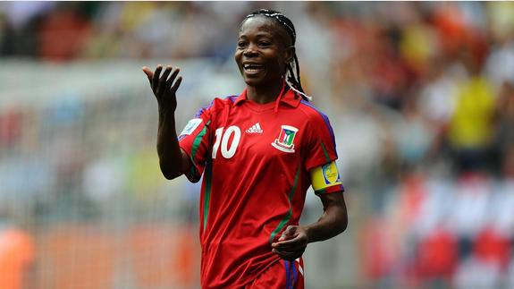 Genoveva Añonma, la meilleure joueuse de foot africaine, accusée par des officiels d'être un homme à cause de ses capacités physiques. Si les joueurs de son pays ne sont pas à la hauteur, le sélectionneur a son portable