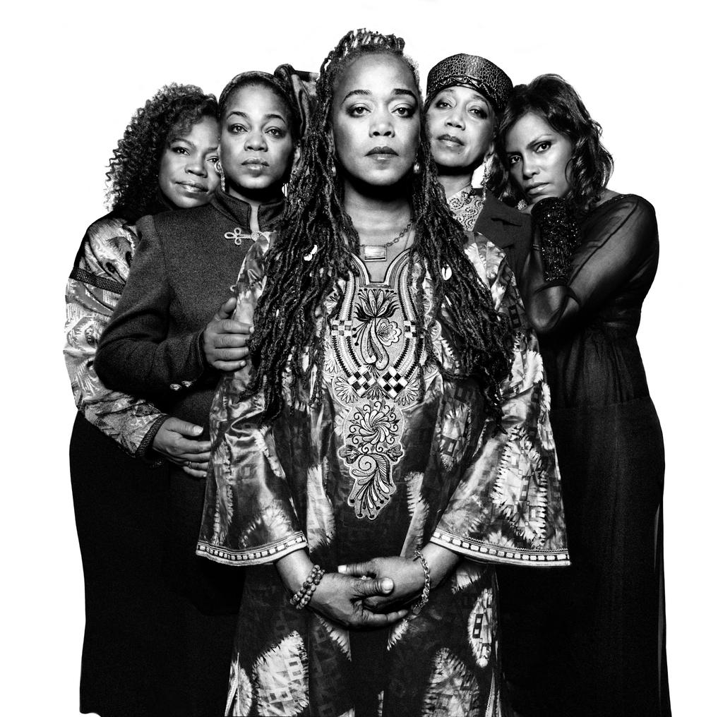 """""""Si vous êtes dans un pays qui est progressiste, la femme est progressiste. Si vous êtes dans un pays qui reflète la conscience de l'importance de l'éducation, c'est parce que la femme est consciente de l'importance de l'éducation. dans chaque pays arriéré, vous trouverez la femme dans une situation arriérée et dans chaque pays où l'éducation n'est pas favorisée, c'est parce que la femme n'aura pas d'éducation. Photo des cinq filles de Malcolm X et de Betty Shabazz"""