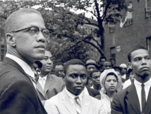 Louis Farrakhan à droite et Malcolm X à gauche