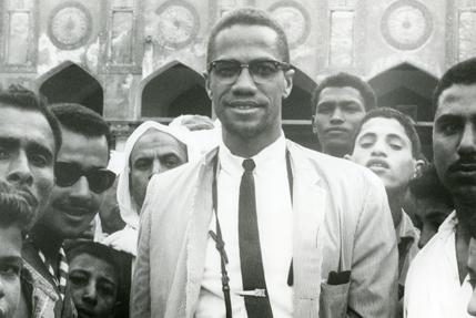 """""""L'Amérique se doit d'apprendre à connaître l'Islam, parce que c'est la seule religion qui efface le problème racial de la société. A travers mes voyages dans le monde musulman, j'ai rencontré et me suis entretenu avec des gens qui aux Etats-Unis auraient été considérés comme des Blancs, mais leur attitude de Blanc avait été effacée de leurs esprits par l'Islam. Je n'avais jamais vu une fraternité si véritable et sincère pratiquée par tous, indépendamment de leur couleur."""""""