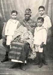 Gnagna Preira et les trois petit-fils de Blaise Diagne