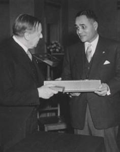 Bunche recevant le Prix Nobel