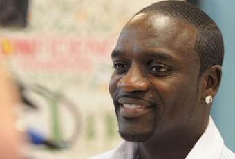 Sénégal : le chanteur Akon ramène de l'électricité dans un village