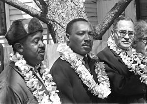 Ralph Bunche, Martin Luther King et Ralph Abernathy (de droite à gauche) lors de la marche de Selma