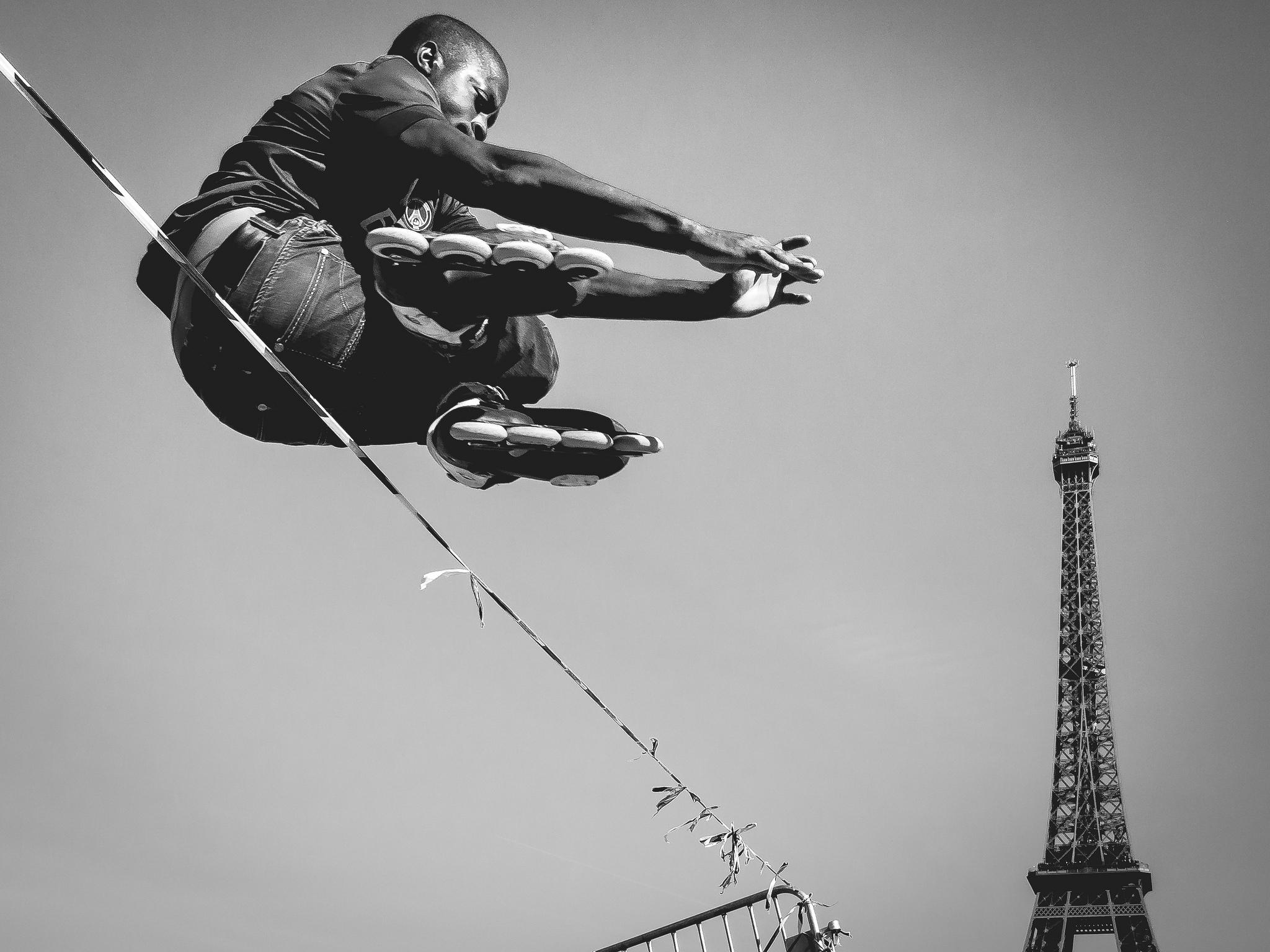 'Catching the tower' par Clemens Linke ; les Noirs ne pourraient-ils grimper les échelons de la société française que par le sport et le divertissement?