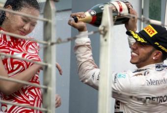 Formule 1 : Lewis Hamilton, ce pilote pris pour cible à cause d'un arrosage de champagne sur une hôtesse lors du Grand Prix de Chine