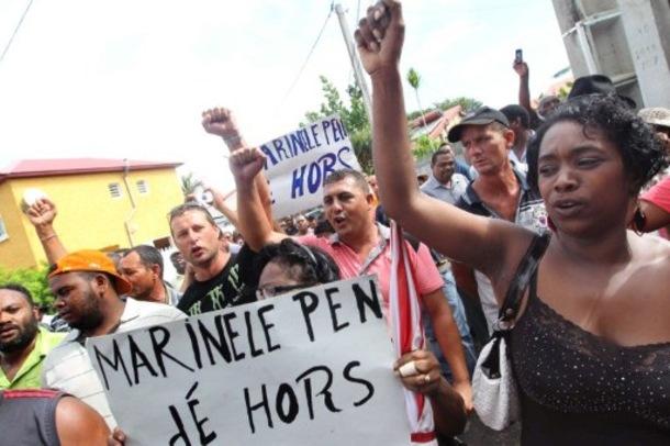 Manifestations-a-la-Reunion-pour-la-venue-de-Marine-le-Pen_article_main_large