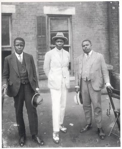 Tovalou Houénou, au centre, Garvey à droite, et George O. Marke à gauche.