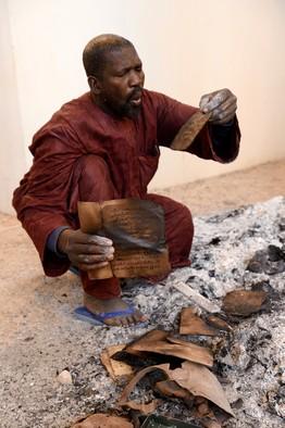 Des manuscrits de Tombouctou brûlés par des Islamistes en janvier 2013 au Mali