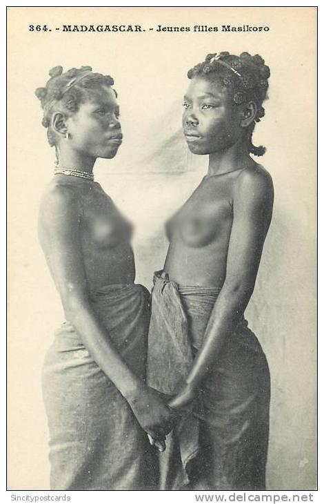 Jeunes filles de Madagascar portant les 'bantu knots'. Parfois présentés dans des textes de vulgarisation comme ayant été 'inventés' par les Zoulous d'Afrique du Sud, leurs origines sont évidemment plus larges.