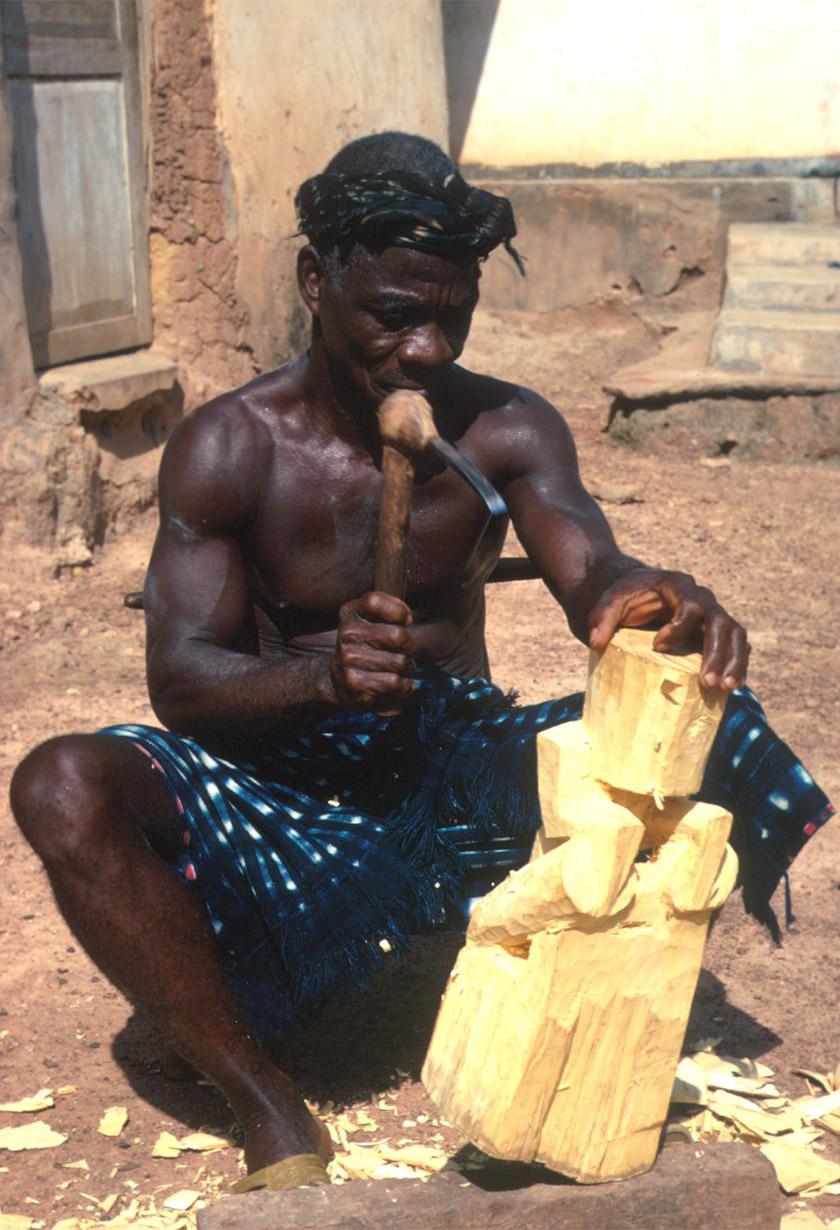 Sculpteur baoulé de Côte d'Ivoire, par Eliot Elisofon