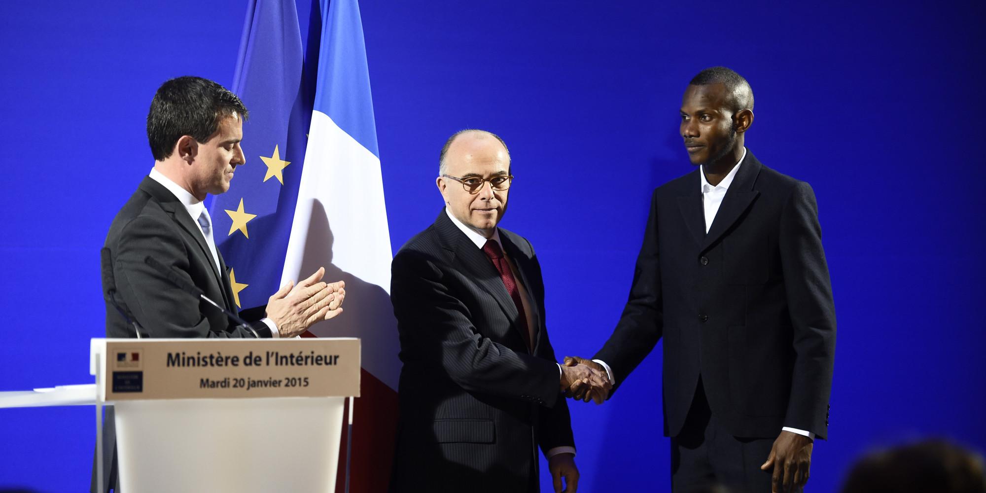 Lassana Bathily, avec le Ministre de l'Intérieur français Bernard Caseneuve et son Premier Ministre Manuel Valls