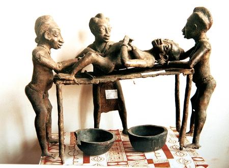 Sculpture représentant une scène d'accouchement, Bamoun, Cameroun