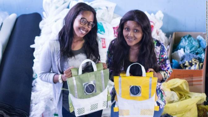 A 20 ans, elles créent des sacs d'école alimentés par de l'énergie solaire