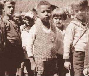 Le petit Hans Massaquoi portant la croix gammée