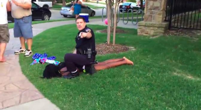 Vidéo – Etats-Unis : Quand un policier ne menotte que des adolescents noirs