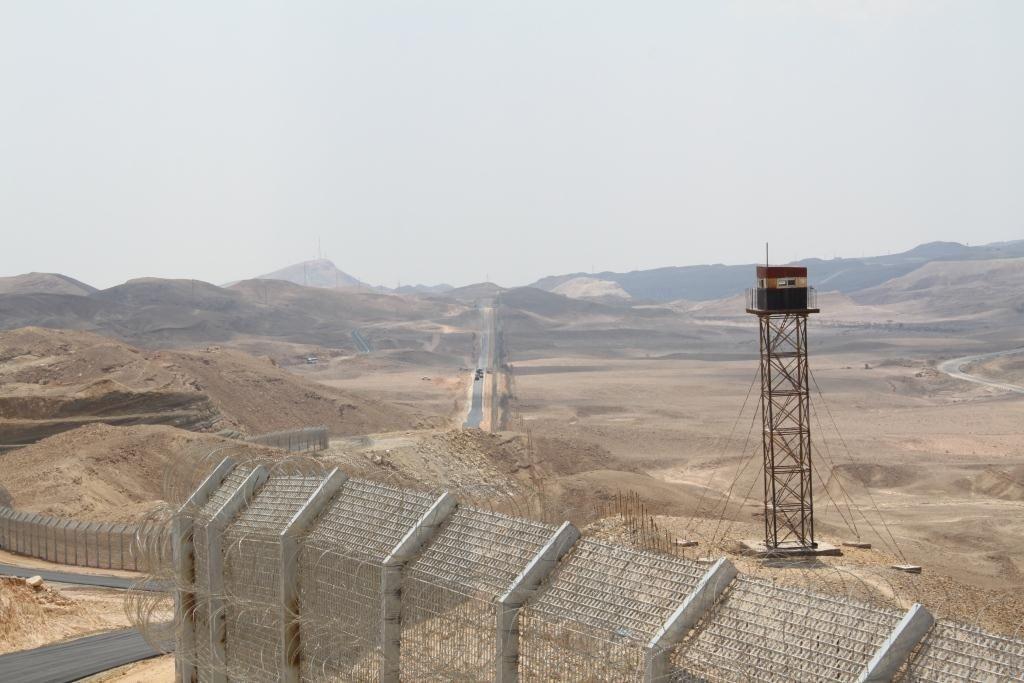 Le mur de la séparation: - environ 200 km  - Cout total estimé = 2 milliards de NIS ( à convertir en euros) - Barrière (5m de haut) - pas de détecteur ni caméra - cf photo