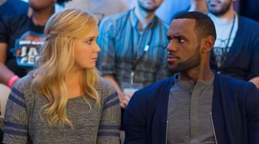 LeBron James se produit sur grand écran et entre dans l'histoire de la NBA