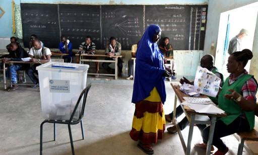 4821225_6_f9f9_dans-un-bureau-de-vote-a-ouagadougou-le-29_8fae696e8861e49fdf04149a7e8341d3