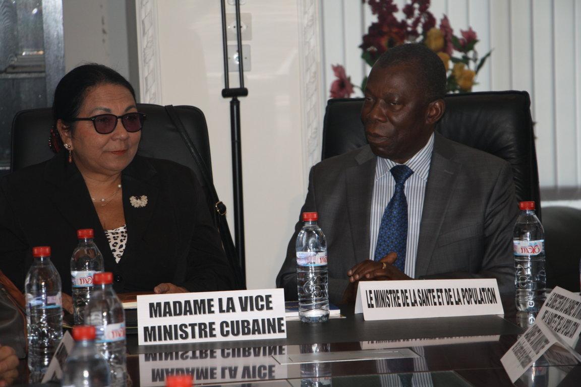 François Ibovi (ministre de la Santé et de la population) et Marcia Cobas (vice-ministre en charge de la coopération internationale) en séance de travail à Brazzaville en 2015  crédit photo Adiac