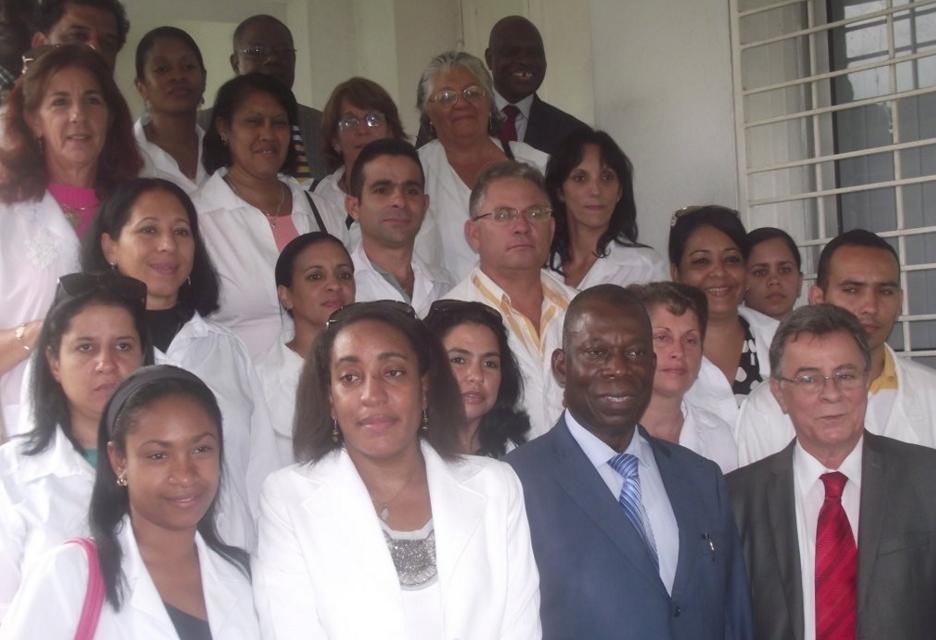 Les dix-huit médecins spécialisés de la brigade médicale cubaine et François Ibovi (ministre de la Santé et d ela population) à Brazzaville le 19 janvier 2016