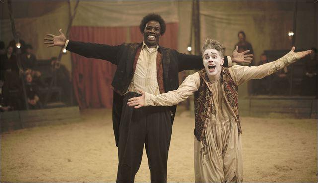 """James Thiérrée (Foottit) et Omar Sy (Chocolat), extrait du film """"Chocolat"""", sorti le 3 février 2016"""