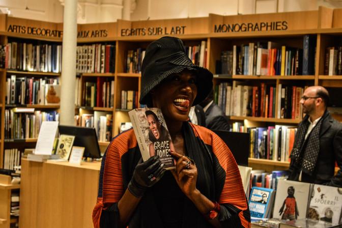 Grace Jones présente sa biographie à Paris