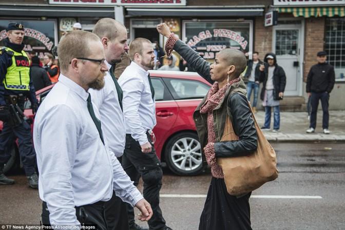 Quand une femme fait front à 300 nazis en Suède