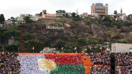 Déroulement des festivités dans le stade avant l'explosion