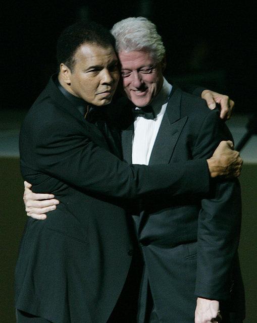 Mohamed Ali et Bill Clinton sur scène lors de la grande célébration de gala d'ouverture pour le Muhammad Ali Center, le samedi 19 novembre 2005, à Louisville.