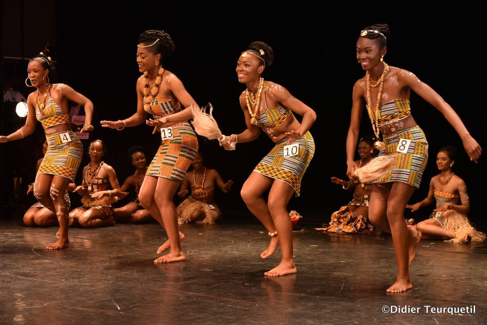 Les candidates en tenues traditionnelles  Crédit photo: Didier Teurquetil