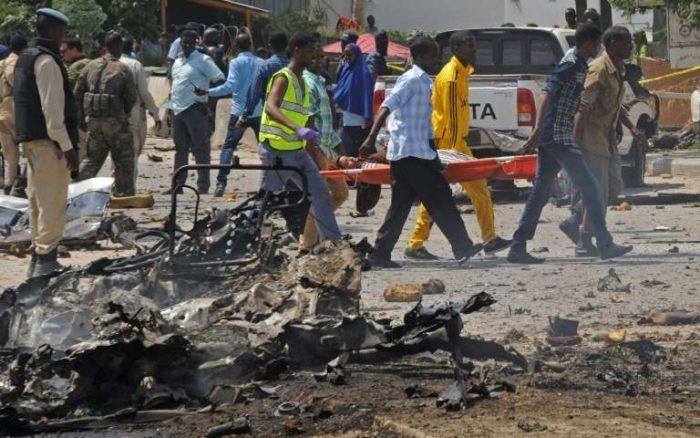 Des somaliensportent-une femme blessée après l'attentat du 31juillet à Mogadiscio