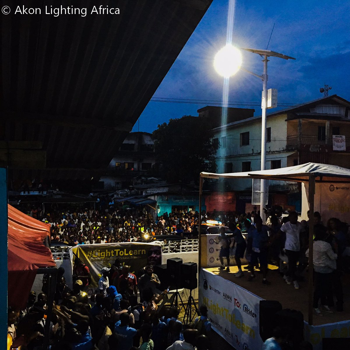 Le premier panneau d'électricité solaire à Monrovia installé par Akon Lights Africa
