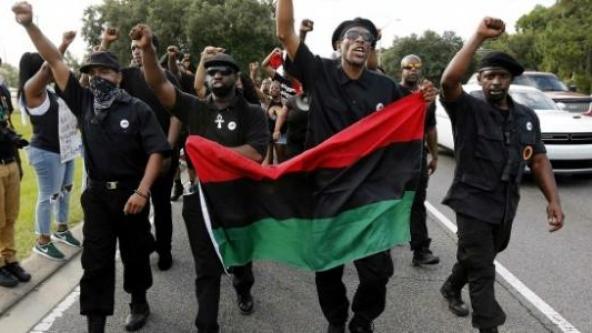 Activistes du New Black Panther Party brandissant le drapeau panafricain
