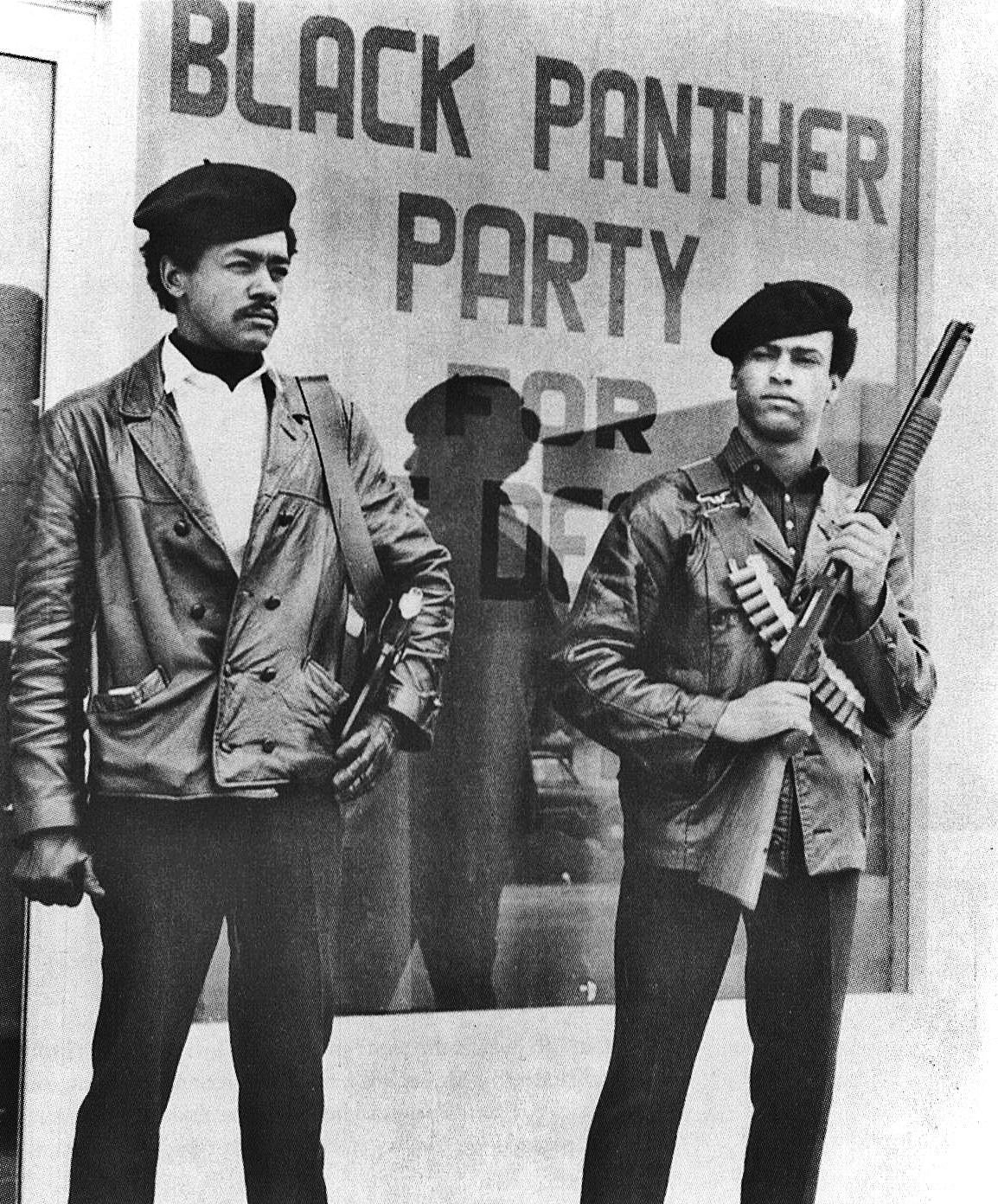 A droite, Huey P Newton, co-fondateur du Black Panther Party