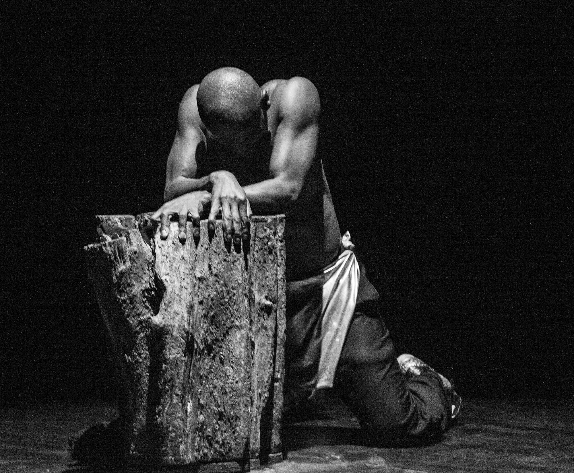 """Richard Mpassi en représentation pour son spectacle """"Esclave"""""""