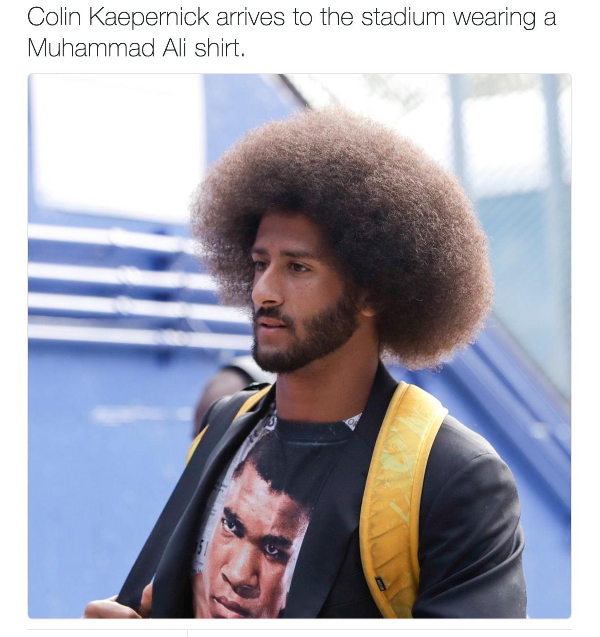 Colin Kaepernick arrivant au stade avec un t-shirt représentant Muhammad Ali.