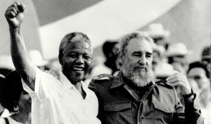 Le président cubain Fidel Castro et Nelson Mandela lors de la célébration de la «Journée de la Révolution» à Matanzas samedi 27 juillet 1991.